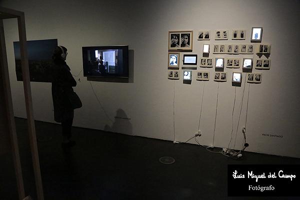 Espectadora de la exposición fotográfica en Madrid