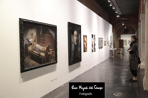 Visitante de la exposición fotográfica en Madrid