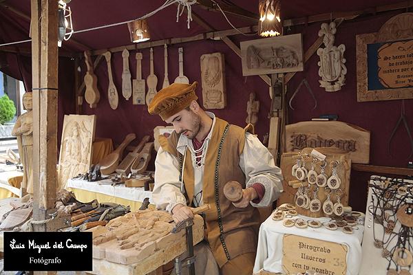 Tallista en el Mercado Cervantino de Alcalá de Henares por fotógrafo profsional en Madrid
