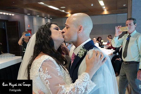 Instantánea de unos recién casados por fotógrafo profesional de bodas en Madrid