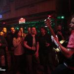 Fotografía del espectáculo en el momento que toca junto al público