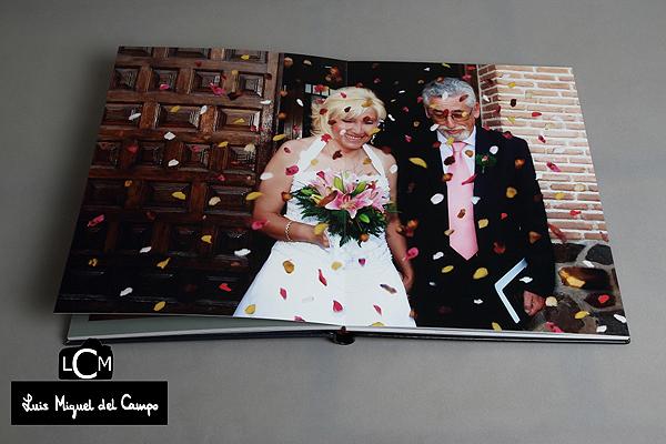 Salida de la ceremonia por fotógrafo profesional de bodas en Madrid