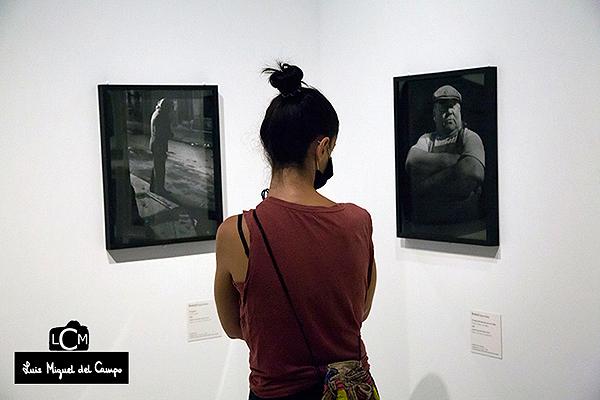 Joven entre dos imágenes de Brassaï